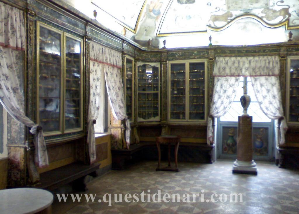 Vasi e ampolle nell'antica farmacia - Certosa di Trisulti (Fr)